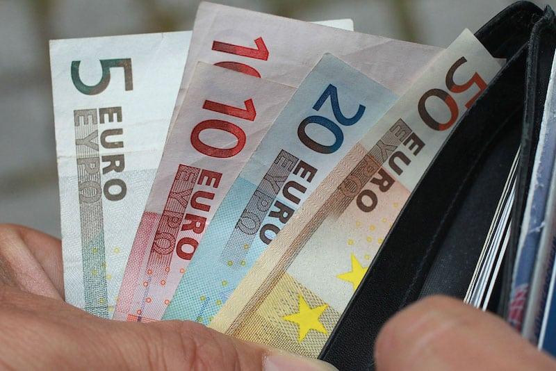 Segundo o INE, universitários pagam demais pelas propinas